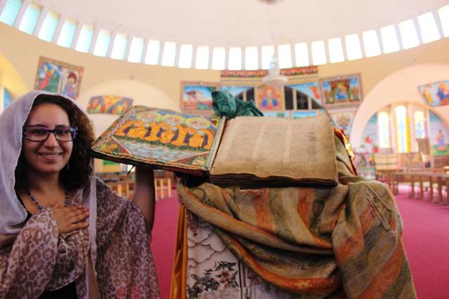 مع الكتاب المقدس في احدى الكنائس