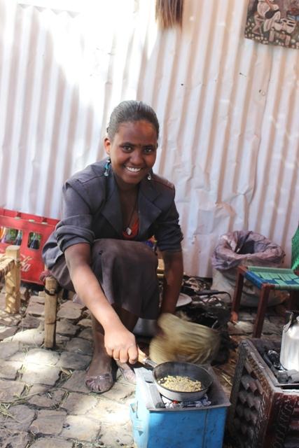 فتاة من مدينة اكسوم شمال أثيوبيا ، بصدد إعداد البنة التقليدية